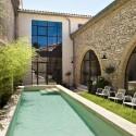 La maison ouvre sur une cour intérieure et une piscine